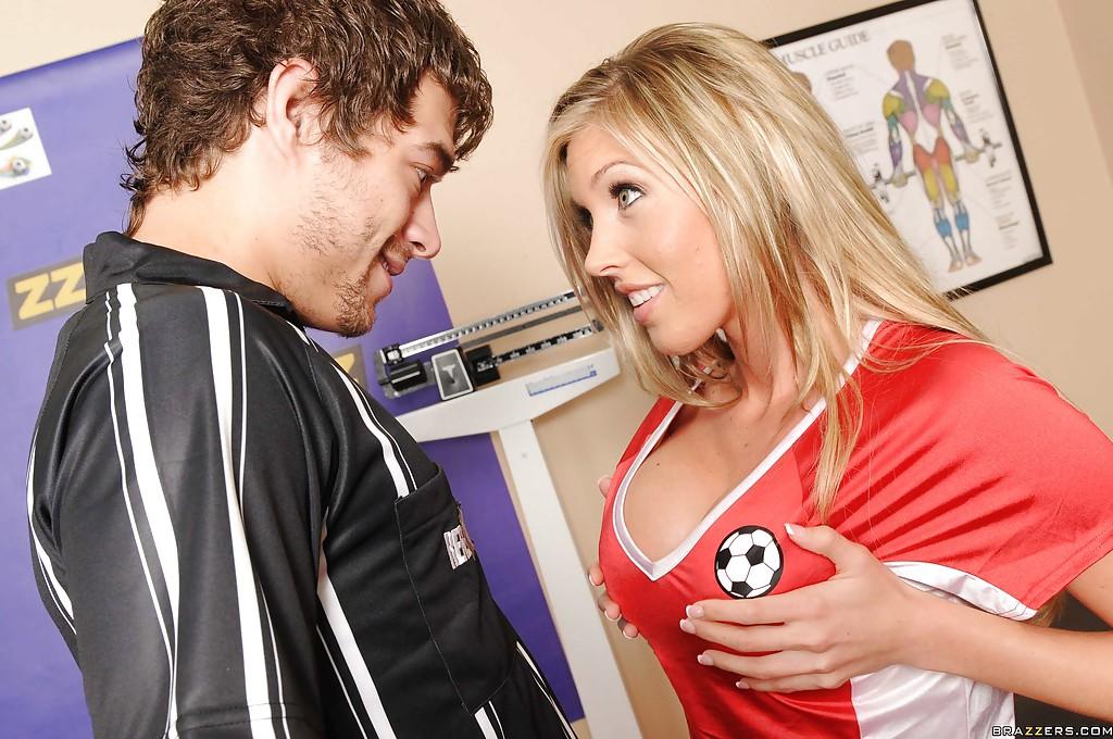 Футболист отодрал похотливую женщину с гигантскими буферами на столе