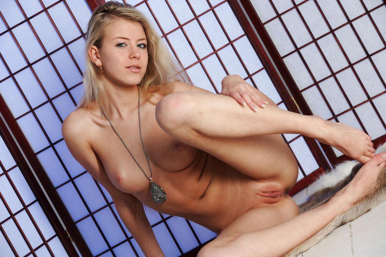 Негодная модель со свелыми волосами Barbara D наслаждается наготой и позирует, демонстрируя ее