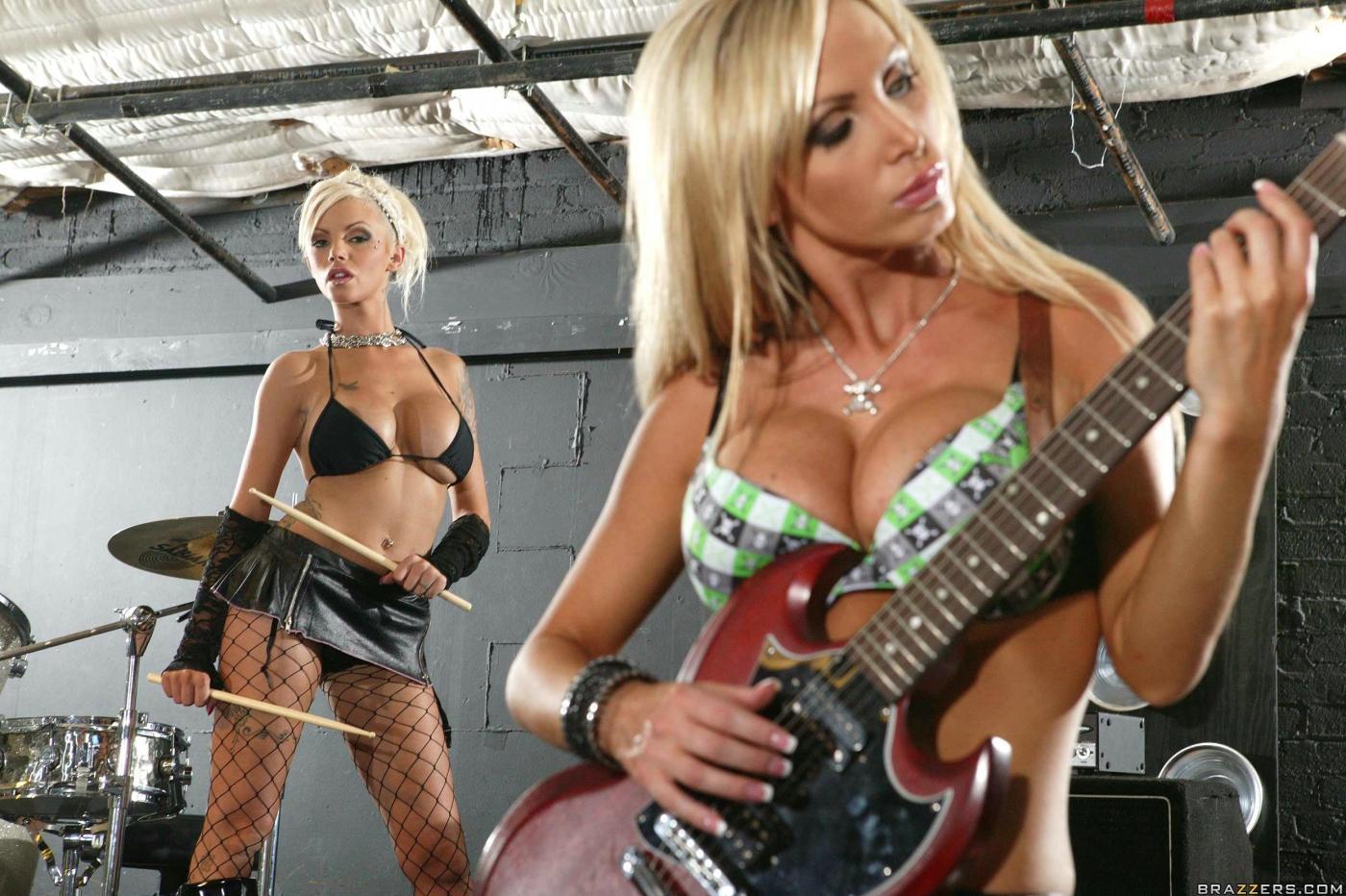 Три титястые рок-звезды во главе в Никки Бенц делят один фаллос на всех