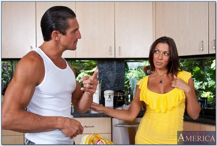 Похотливая Рашель занимается сексом на кухне в всевозможных позах