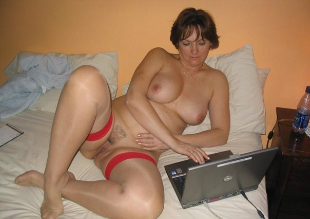 Женщины в любительской обстановке обнажают большой бюст