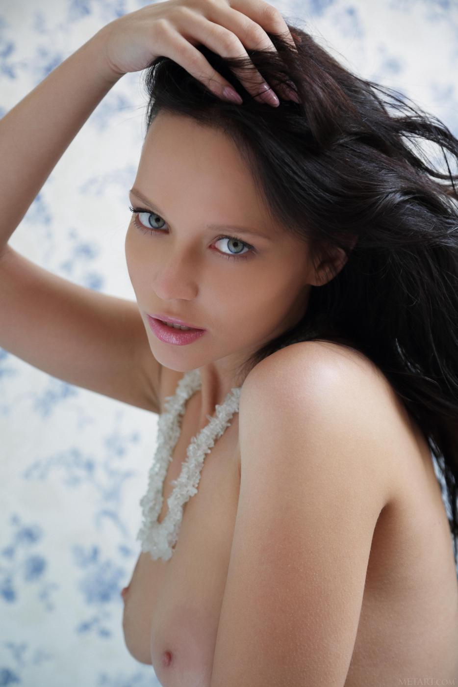 Шикарная русая порноактрисса Marica A демонстрирует свое молоденькое тело голой