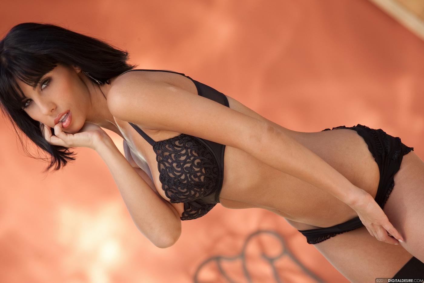 Похотливая сисястая модель с темными волосами Jaime Hammer спрятала ноги в полосатых гольфах