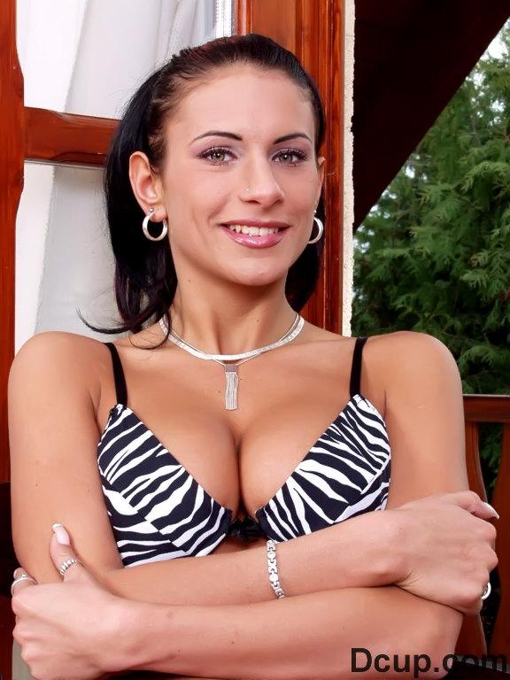 Исключительная брюнеточка Bianca Biggs показывает красивую грудь и шалит с золотистым дилдо