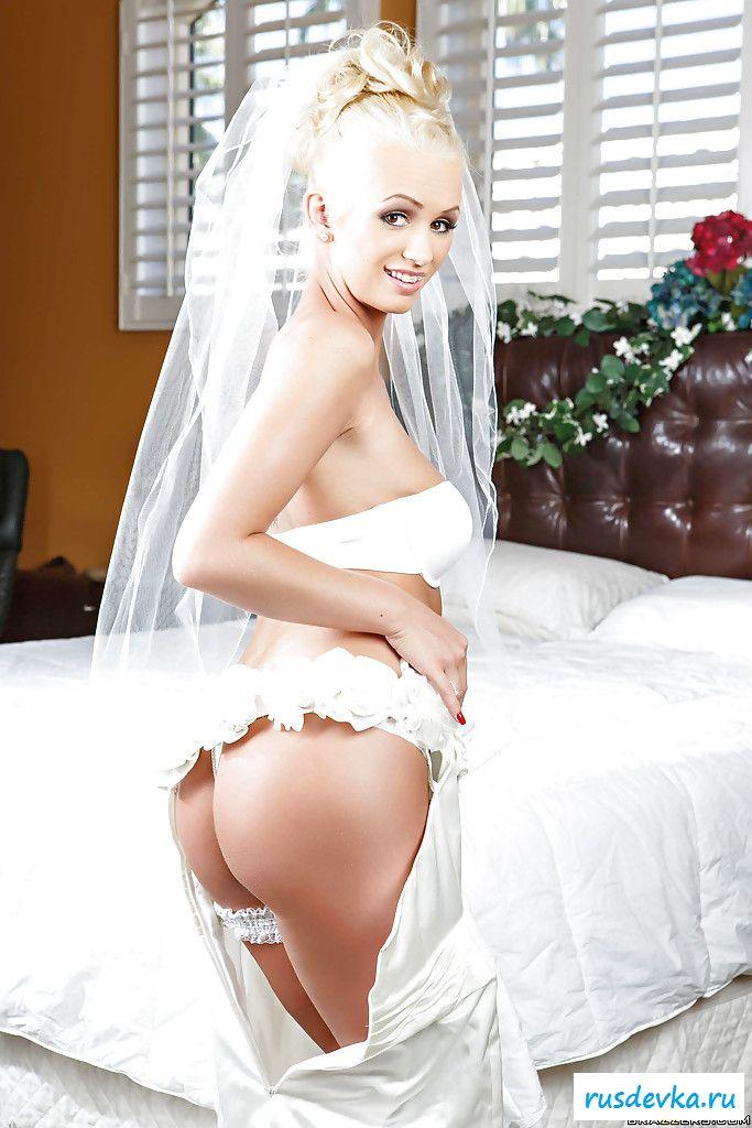 Голая чика невеста стаскивает подвенечное платье в спальне