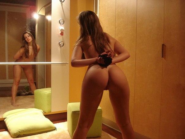 Хрупкая милашка покрутила задницей перед зеркалом