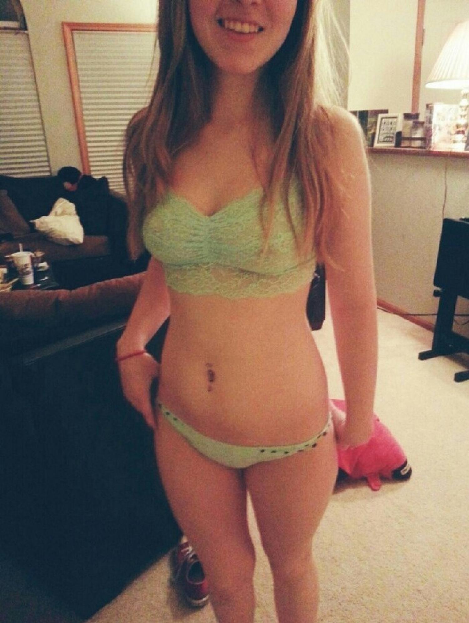 Красивая девка с пирсингом на теле фоткается без трусов
