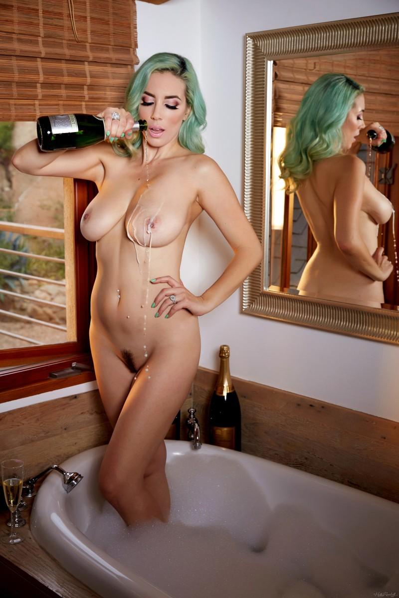 Jelena Jensen и ванная с шампанским
