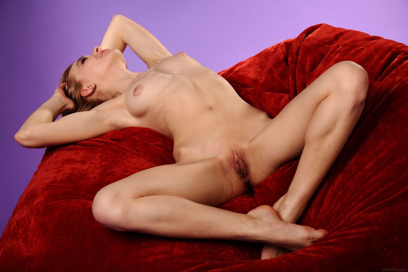 Обнаженная Келси на красном кресле