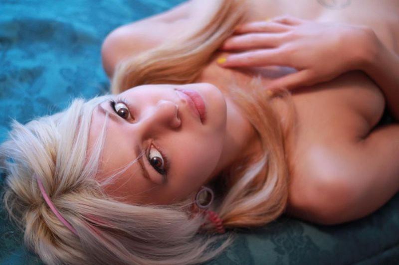 Русская модель со свелыми волосами позирует и мечтает о члене негра