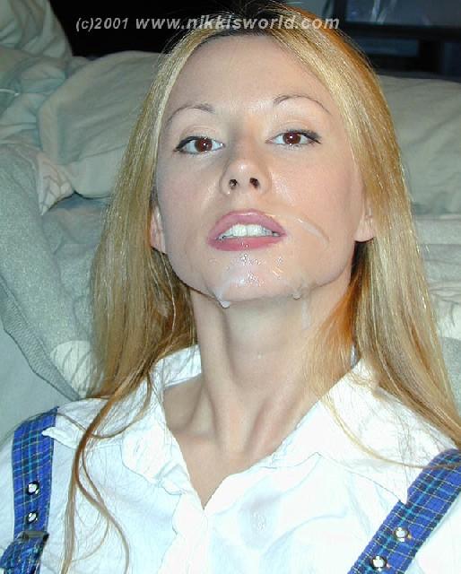 Светловолосая девушка играется с неистовой спермой которая осталась у нее на лице