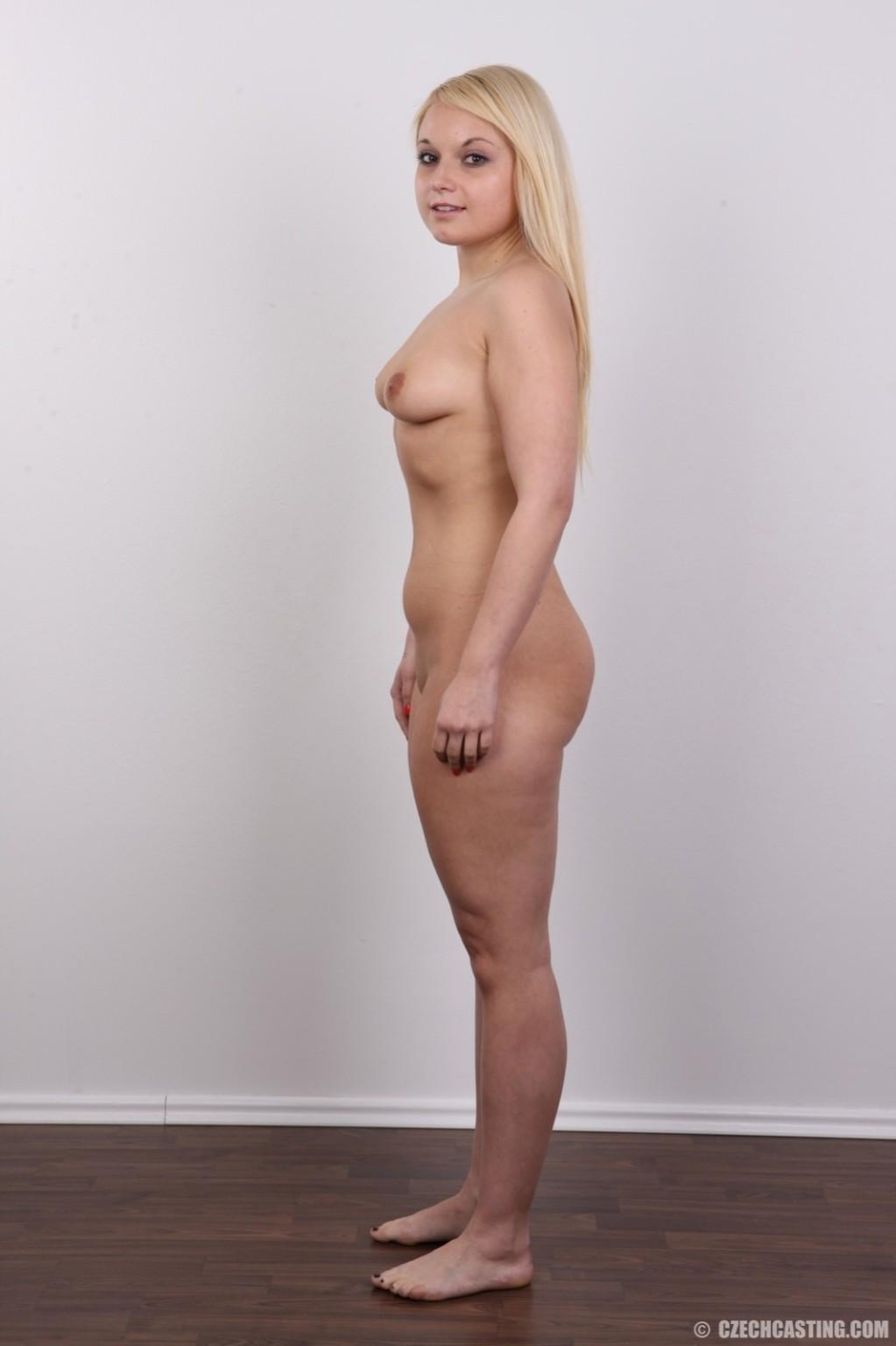 Крутая голая модель со свелыми волосами демонстрирует побритую письку на камеру
