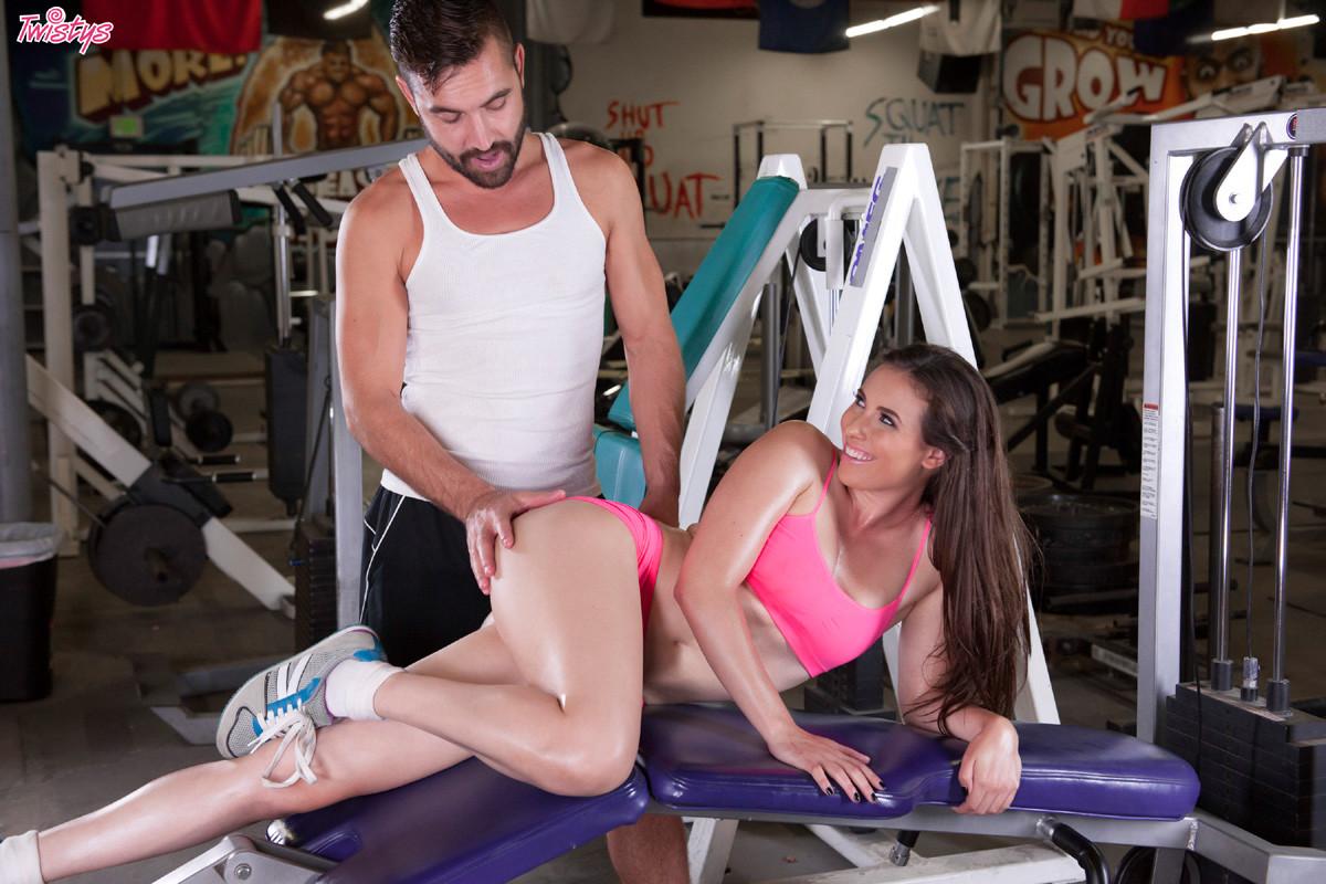 Парочка занимается спортом, а затем предается страсти прямо на тренажерах – они готовы наслаждаться друг другом