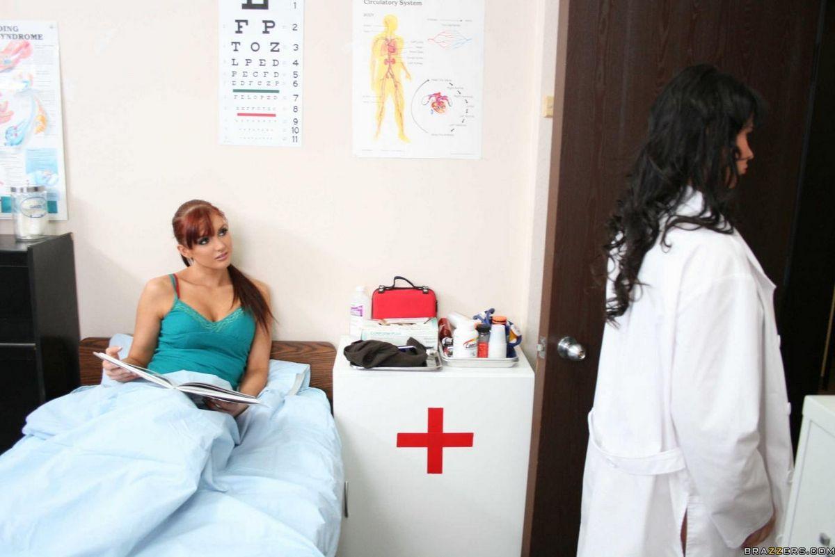 Сисястая леди-доктор в белоснежном халате Ева Карера занимается прекрасным совокуплением со счастливчиком