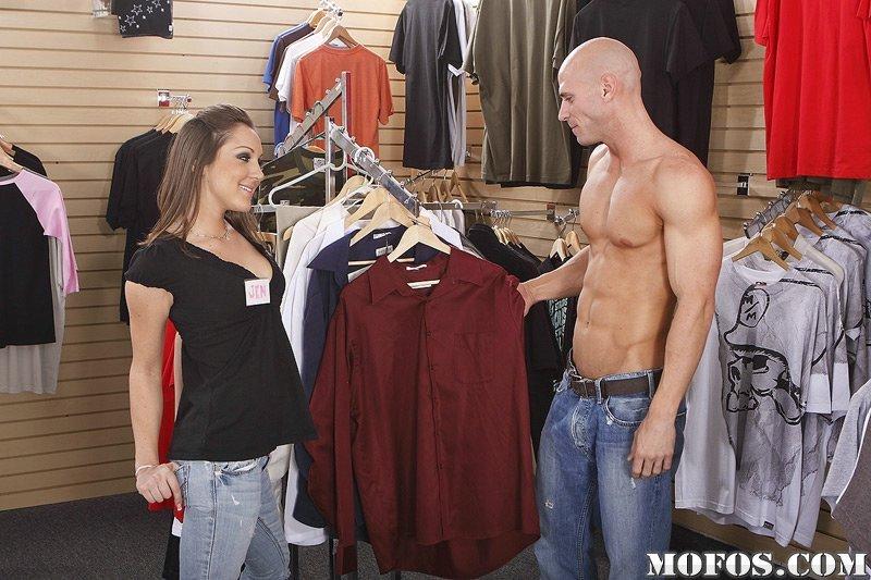 Абсолютно голая продавщица Kiera King обслуживает покупателя и занимается сексом с ним в торговом зале