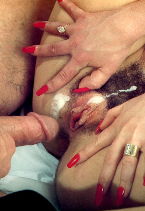 Лохматые дыры девочек забрызганы спермой секс фото