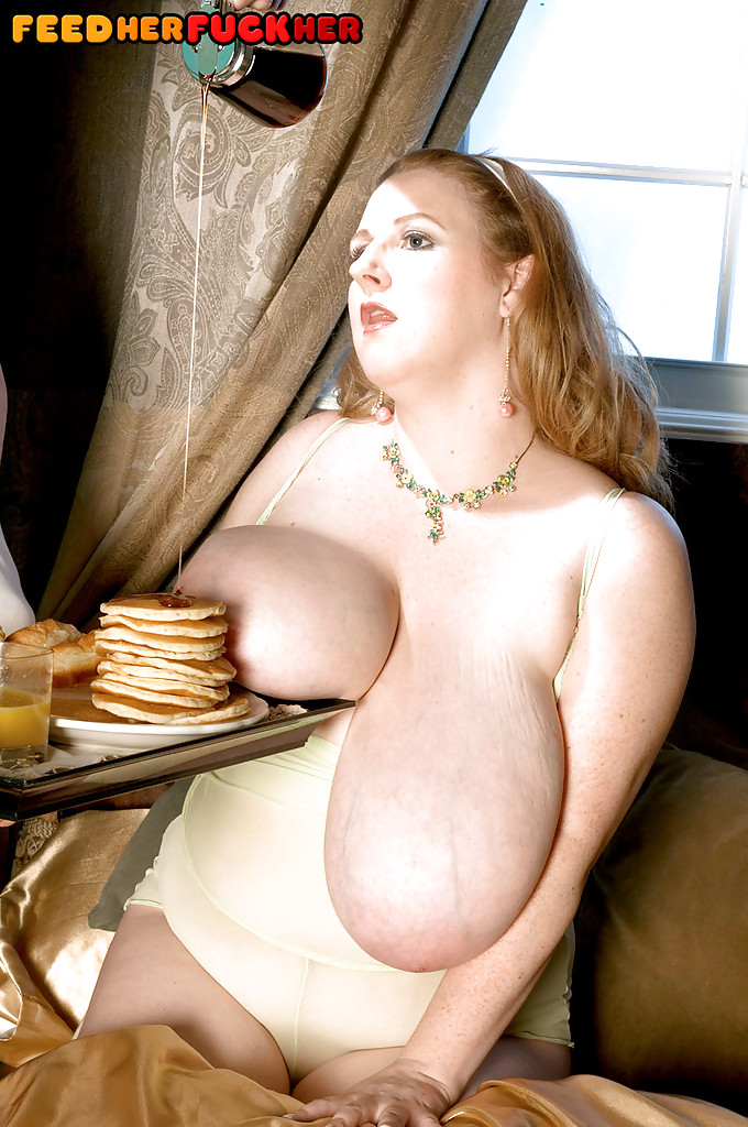 Пышечка совместила секс и завтрак на тахте с самцом в тату