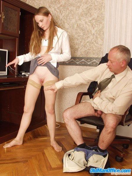 Пожилой босс натянул совершеннолетнюю секретаршу, которая была совсем не против