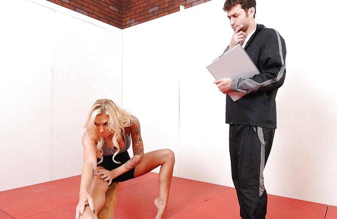 Тренер трахнул грудастую татуированную спортсменку