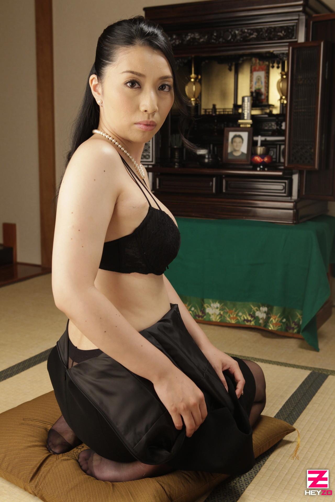 Азиатка Цуяко Йошино снимается голой